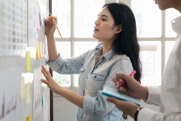 Женский показывая план в управлении проектом.