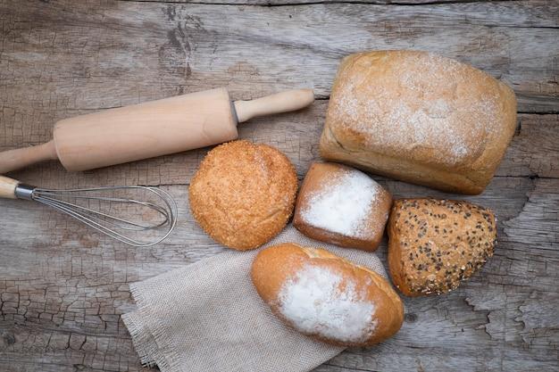 木製のテーブルのベーカリーのパン。