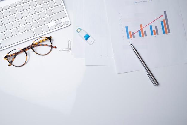 白い作業テーブルの背景に、事務用品の上から見る。