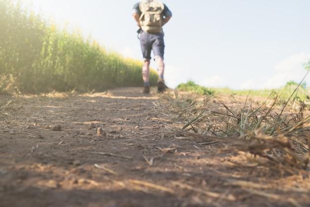 リラックスした冒険とライフスタイルのハイキング旅行アイデアコンセプト。