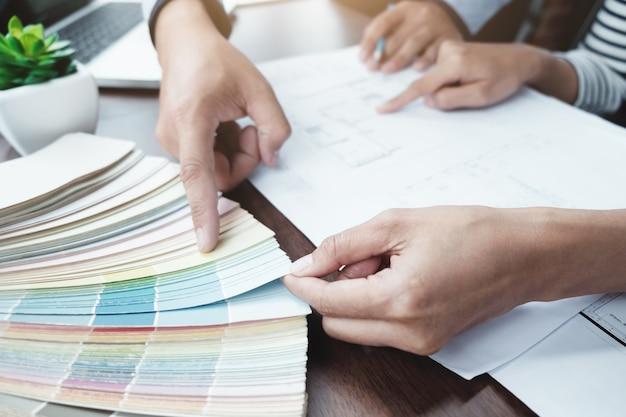エンジニアと建築家のプロジェクトのための色を選択します。