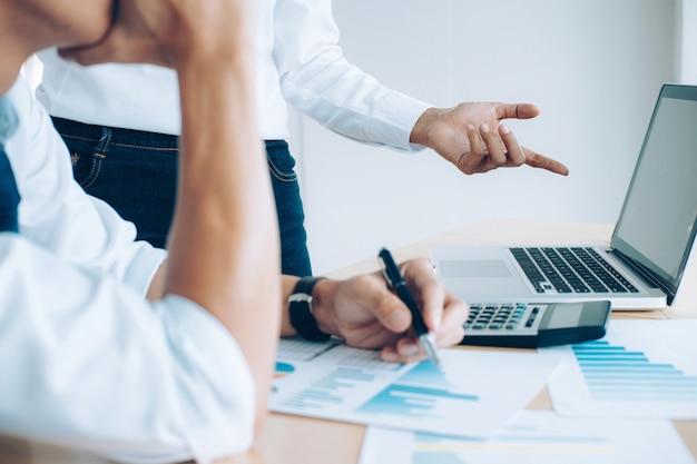 Представляет бизнес-команда. инвестор работает над новым стартовым проектом. финансовое совещание.