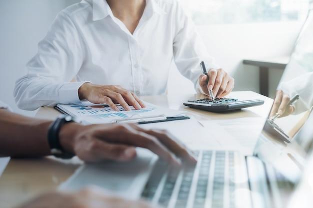 Представляет бизнес-команда. профессиональный инвестор работает над новым проектом запуска. финансовое совещание.