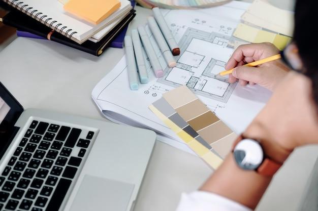 建築家またはインテリアデザイナーが家のプロジェクトの色調を選択