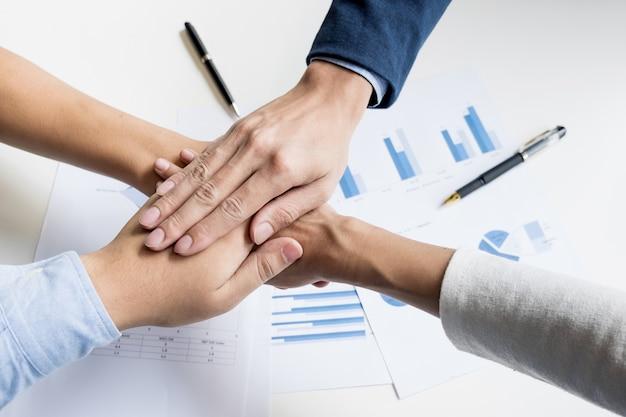 チームワークの力成功したビジネスミーティング職場のコンセプト