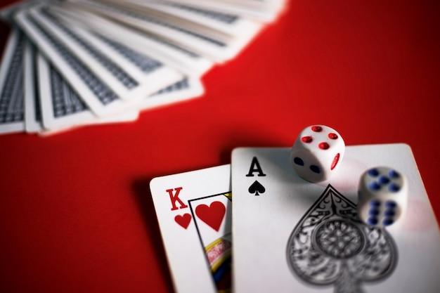 赤いテーブルにブラックジャックのカード