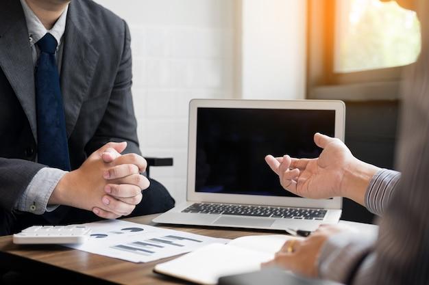 Встреча бизнес-команды, представленная в ноутбуке с новым проектом запуска. задача финансового менеджера