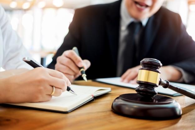 ビジネスの人々と弁護士は、テーブルに座って契約書を議論する。法律、アドバイス、法律サービスのコンセプト