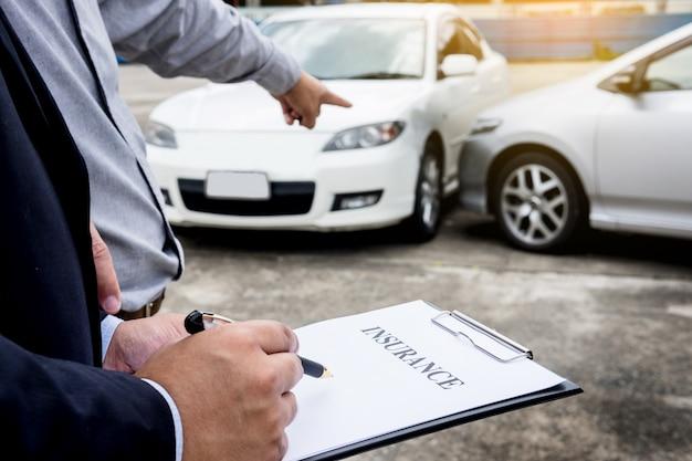 事故訴訟後の車検中にクリップボードに書き込むエージェント