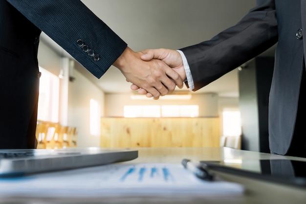 Два уверенный деловой человек, рукопожатие во время встречи в офисе, успех, дело, приветствие и концепция партнера