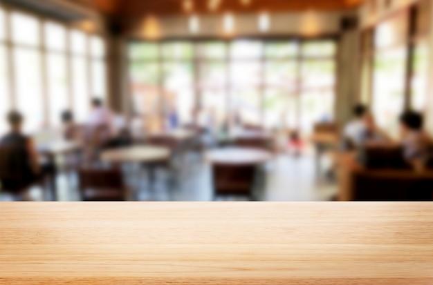 茶色の木製テーブルとコーヒーショップ