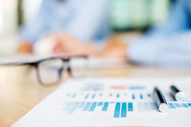 Руководители бизнес-группы при работе с планом