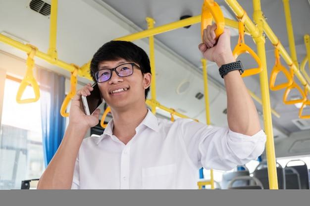 旅客輸送。バスに乗っている人は帰っている間に電話します。