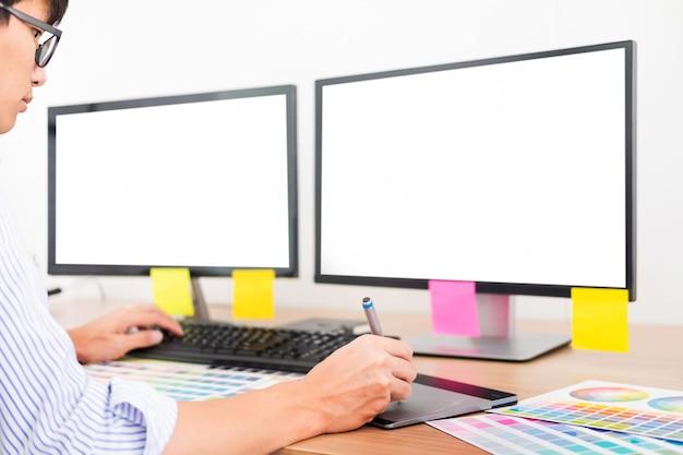 Дизайнер-редактор за работой рисует эскизы нового проекта на графическом планшете и в цветовой палитре