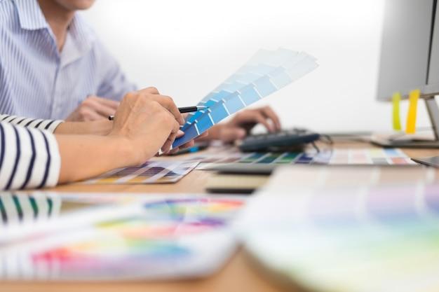 グラフィックタブレットを使用して一緒に着色作業デザイナーグラフィックの創造的な創造性