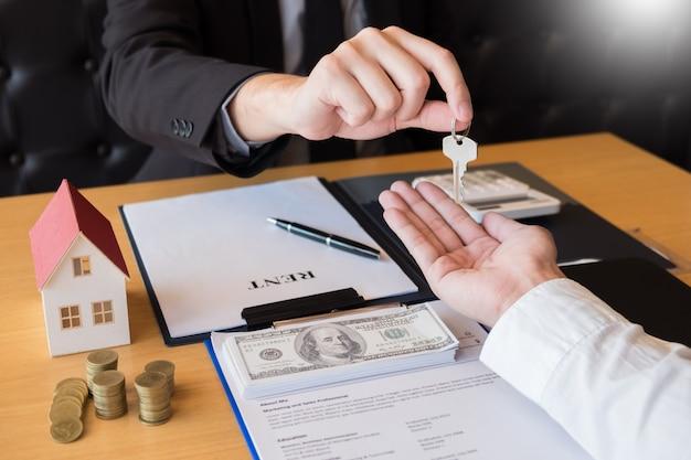 不動産仲介業者が家の鍵となる顧客の署名協定物件を与える