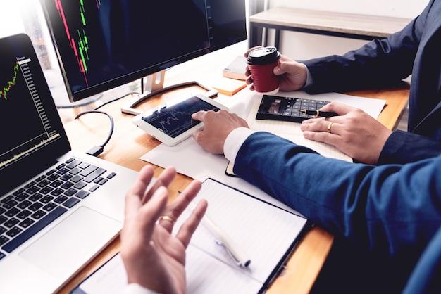 Бизнес-команда инвестиции предприниматель трейдинг обсуждение и анализ данных