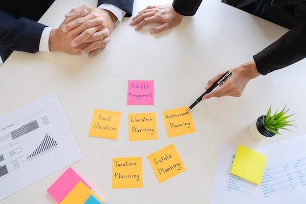 ビジネスの男性と財務諸表を分析するチーム