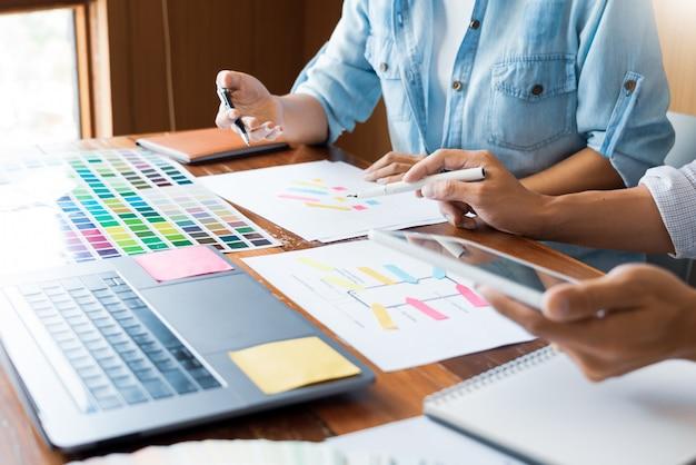 サンプルを選択する創造的なチームデザイナー