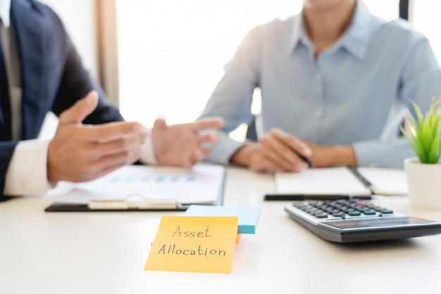 Концепция управления капиталом, деловой человек и команда, анализируя финансовый отчет для планирования