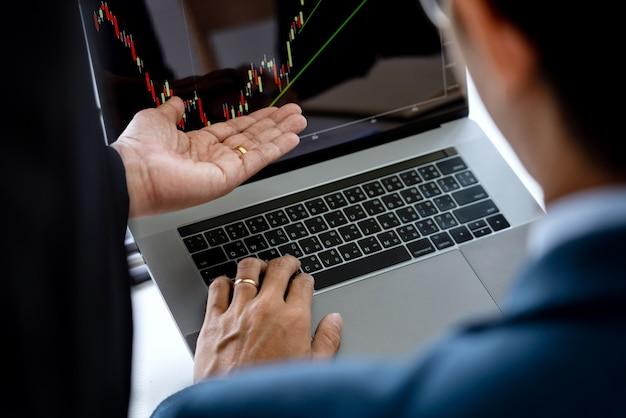 ビジネスチーム投資起業家トレーディングディスカッションデータと分析データ株式市場チャート