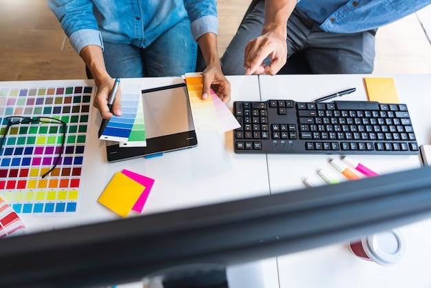 Профессиональный креативный архитектор, графический дизайнер, выбирающий цветовую палитру