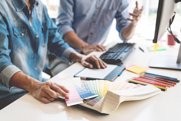 Команда графического дизайна, работающая в офисе