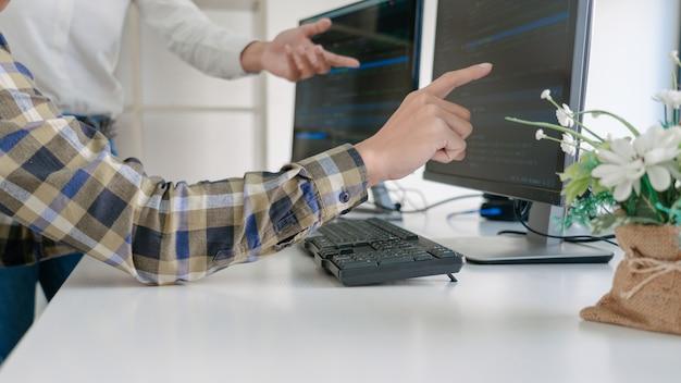 コンピューターでコードを開発するプログラマー