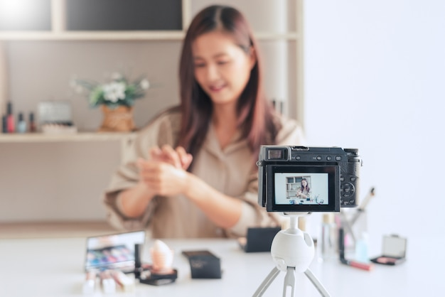 Красавица-блогер записывает видео и представляет косметику в домашних условиях