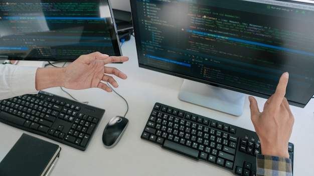 Программисты разрабатывают коды на своих компьютерах