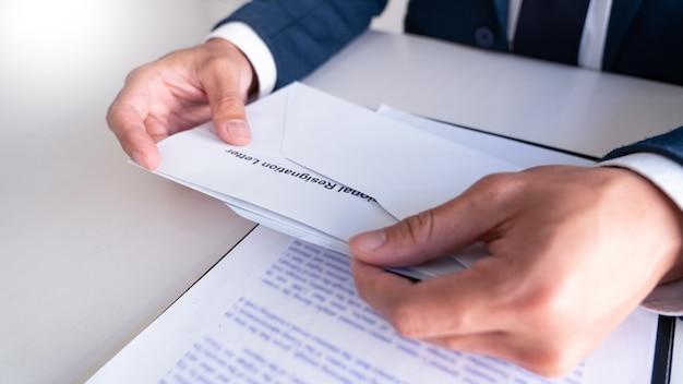 辞表を読むビジネスマン
