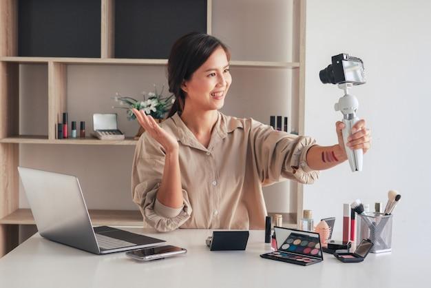 ビデオを録画し、自宅で化粧品を紹介する美容ブロガー