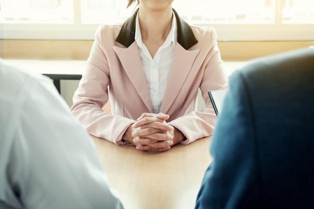 美しい女性と彼女のオフィスでの面接(仕事)