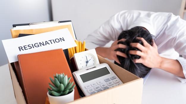 従業員が辞任または辞職の辞職の手紙を出して仕事を辞めようとしている