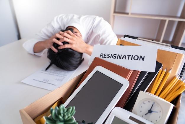 ビジネスマンは辞任とキャンセル契約書に署名するストレス、仕事の失業または辞任の概念の変更
