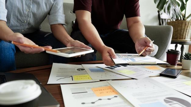 Бизнесмены встречая на офисе писать памятки на липких примечаниях. планирование стратегии и мозговой штурм, концепция мышления коллег.