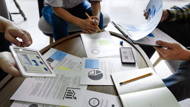 同僚の戦略ビジネスプランを考えて、またはコワーキングオフィス、多様なブレーンストーミングビジネス会議コンセプトの問題を越えて付箋に書いてビジネス人々。