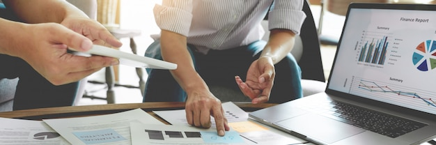 付箋にメモを書いてオフィスで会議ビジネス人々。計画の戦略とブレーンストーミング、同僚の概念を考えています。
