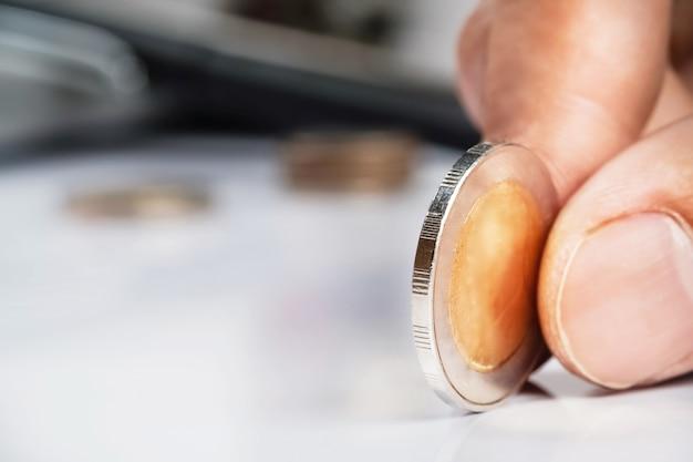 人間の手は、コインとコピースペースを保持し、ビジネス投資計画の概念。