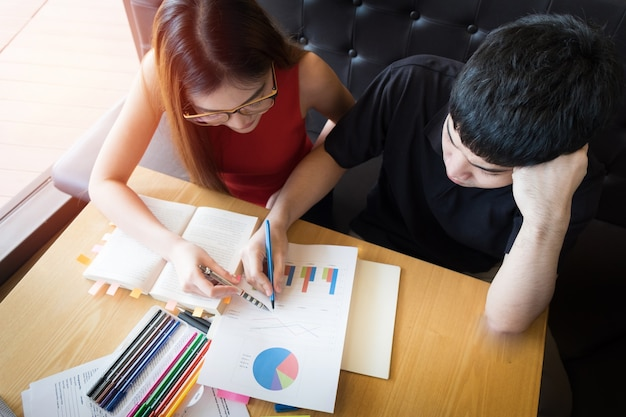 宿題をする教室の学生のカップル