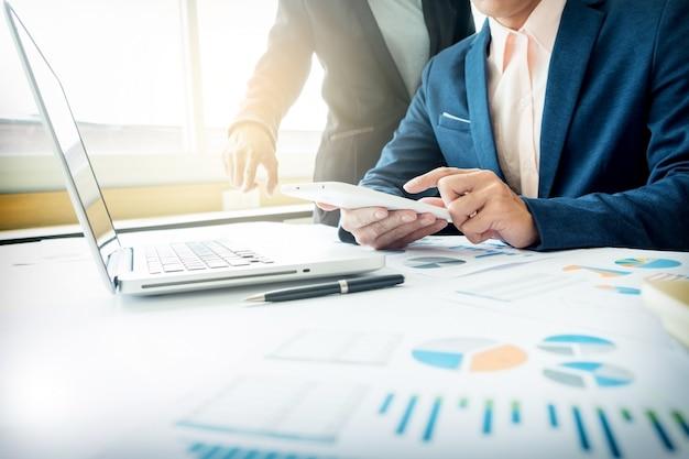 Бизнес-консультант, анализирующий финансовые показатели, обозначающие прогресс в работе компании