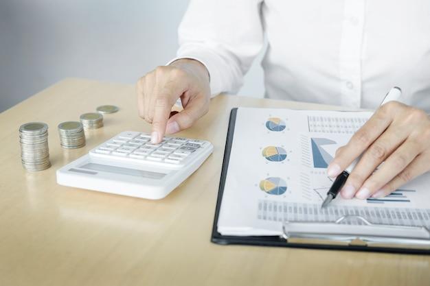 会計士または銀行家は残高を計算します。投資経済のお金や保険のコンセプトを貯蓄する。