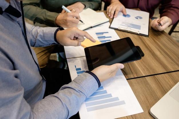 Деловая встреча. документы менеджеры учетных записей команда, работающая с новым стартовым проектом представление идеи, анализ маркетинговых планов.