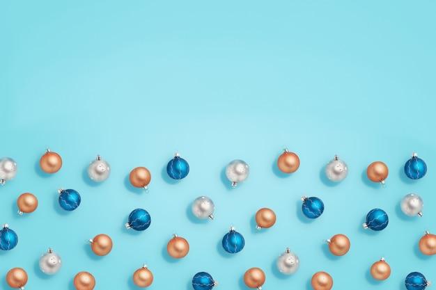 クリスマスつまらない。青の背景に青、金、銀のボール