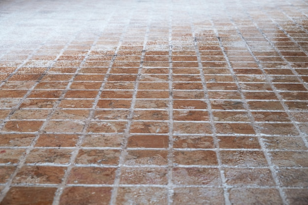 Мозаичный каменный пол покрытый снегом