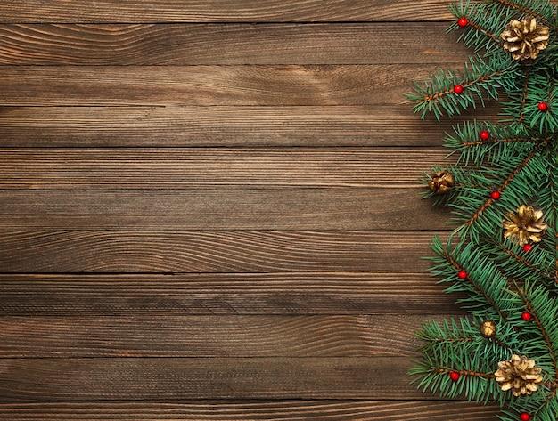 木製のモミの枝とのクリスマスの国境