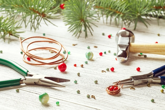 カラフルなビーズ、銅線、ジュエリーツール。ワイヤーラップ。クリスマス気分