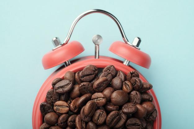 Красный будильник с кофейными зернами