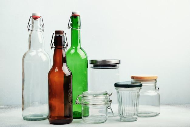 Многоразовые стеклянные бутылки и банки на столе