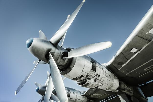 古い飛行機の断片